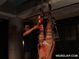 로프로 태어난 아시아의 임신 노예가 왁스를 그녀에게 쏟아 붓는다.