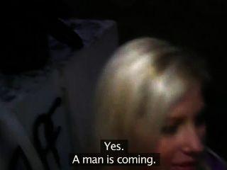 금발은 야외에서 짜증을 내고 섹스를 좋아합니다.