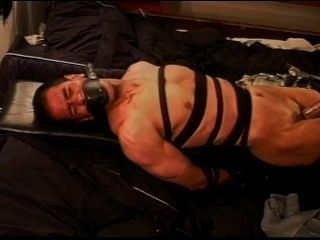 극단적 인 진공 가죽 바운드 및 제압 된 근육 남자에 cbt 펌핑.