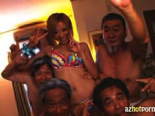 일본의 하녀가 더러운 노인들에게 좆