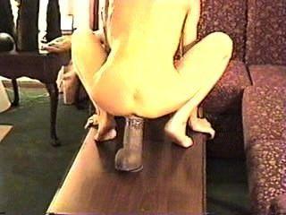 완벽한 엉덩이를 가진 로리타는 거대한 딜도 라구 딜도