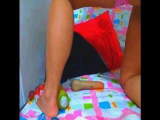 2 명의 스페인 암캐는 그녀 자신을 치고 오줌을 질렀다.