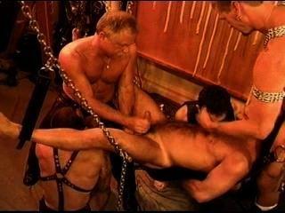 다섯 남자 관능적 인 cbt, bdsm orgy 곰과 정액과 수달을 특징으로.