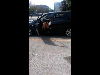 차에서 담배를 피우는 소녀