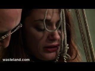 던전 bdsm 섹스 마스터는 bambo에 예쁜 서브와 그녀의 음부를 괴롭힌다.