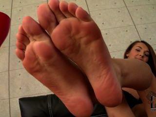 그녀의 어린 발가락과 발바닥을 보여주는 alexis brill