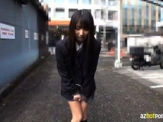그녀는 면도되고 도쿄에 노출된다.