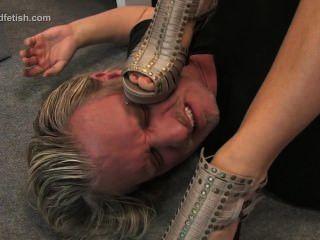 독일 소녀는 그녀의 노예에 앉고 발로 그를 지배한다.