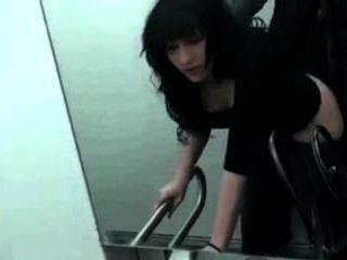처음으로 공중 화장실 섹스