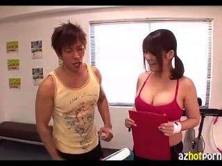 가슴과 엉덩이는 수업 중에 아주 좋아 보인다.