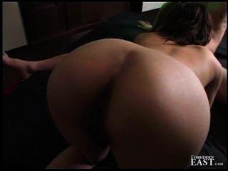 그녀의 무릎에 주인 거시기를 빨아 칼라에 일본 섹스 노예