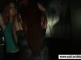 흥분한 십대와 여인의 야생 파티 장면