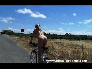 섹시하고 누드 자전거 타기