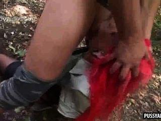 폭시 빨간 머리 베이브 숲에서 하드 수탉에 빠는