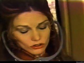 레트로 레즈비언 소녀 비행기에 허락없이 여객 음부를 핥아