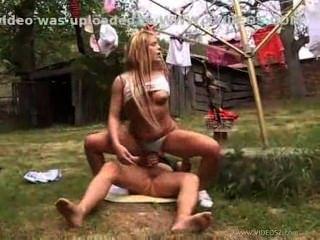 수 지와 그녀의 남자 친구 뒷마당 빌어 먹을