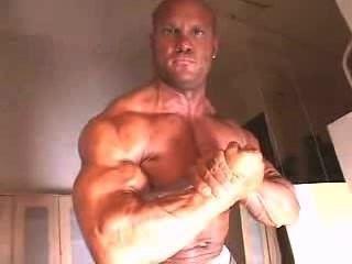 씨.그의 근육에 기름칠을하는 근육맨