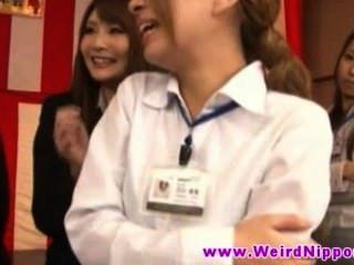 아가씨를 짜내는 일본 젊은 여자 아름다운 가슴