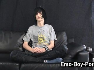 뜨거운 동성애 장면 레오는 분명히 emo의 정의입니다.긴 흑단