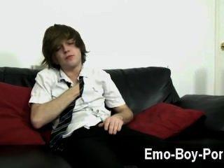 놀라운 게이 현장 뜨거운 emo 소년 타일러 궁수는 우리에게 그의 완전한 관심을 준다.