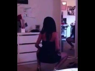 뜨거운 소녀 라티 나 거울 앞에 흔들어 꽉 드레스