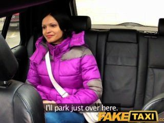 큰 자연의 가슴을 가진 faketaxi 여자는 수탉을 탄다.