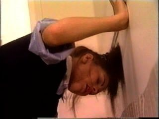 복도에서 독일 여학생이 술렁 거리다.