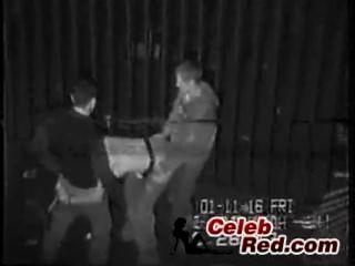 뒷골목에 취한 취한 소녀의 실제 보안 캠 테이프