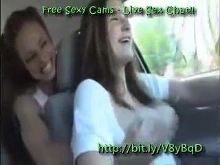 레즈비언은 운전 중에 가슴을 가지고 노는