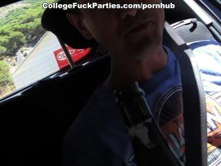 토플리스 여자애들이 섹시한 대학을 위해 남자들을 유혹한다.