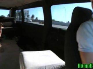 아마추어 십대 창녀는 혹등 버스에 자지를 빤다.