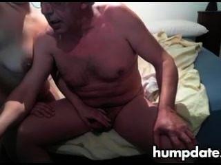 늙은이는 그의 아내에 의해 좋은 주무르기를 얻는다.