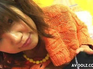 부드러운 아시아 베이비 리카 하야마는 단단한 무수정 뼈다귀가된다.