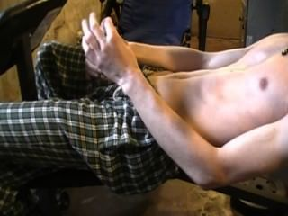 면도 한 남자는 운동 후에 자위했습니다.