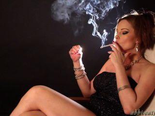 당신의 팬 모두를위한 섹시한 흡연 애비!