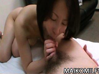 miho maeda 장난 꾸러기 동양의 아내는 모든 네발에 도착한다.