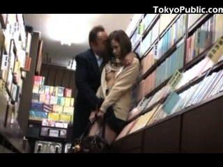 서점에서 일본 여학생 공중 섹스