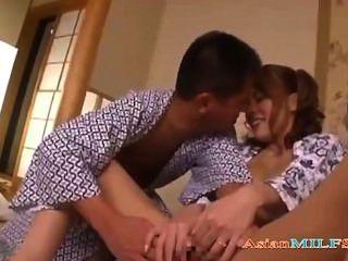 목욕 가운에 뜨거운 가슴이 가득한 아가씨가 손가락으로 빨아 남편의 거시기를 floo에