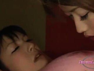 아시아 여자 수갑과 그녀의 코를 점점 mouthgagged 젖꼭지 sucke을 핥았