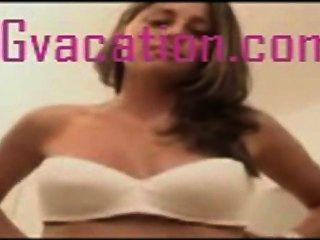 매춘부 소녀는 카메라를 위해 거시기와 멍청이를 빨아 먹는다 음모 퍼지는 면도