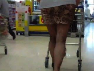미니 스커트 팬티없이 성숙한 뚱뚱한 엉덩이를 따라 간다.