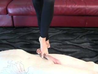 스텝 엄마는 거친 다리를 가진 그녀의 발걸음을 남용한다.