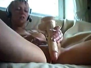아마추어 금발의 십대는 장난감으로 그녀의 음부를 망친다.