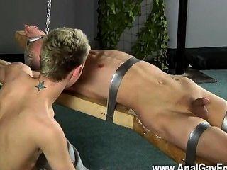 놀라운 게이 현장 학장은 간지러워지고, 녹은 왁스는 그의 부드러운 위에 부어졌습니다.