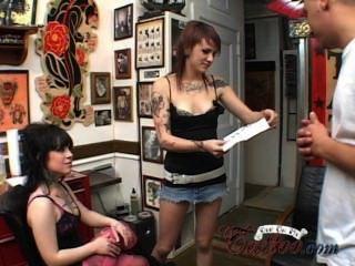 내 귀영 나팔의 트레일러에 2 명의 문신을 한 소녀 항문과 하드 코어 정액으로 삼인조