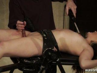 주인은 강렬한 전기 연극을 위해 그녀를 묶는다.