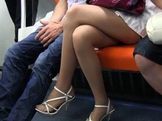 섹시한 사춘기 나일론 피트와 다리가 열차에 깎아 지른 나일론에