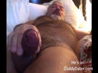 털이 걸린 daddybear 할아버지가 카메라 렌즈에 그의 부하를 불어 넣다.