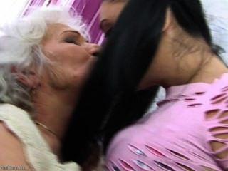 그녀는 할머니를 너무나 사랑한다 ....
