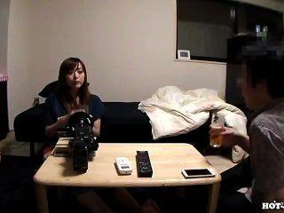 일본 소녀는 거실에서 멋진 사춘기 소녀를 공격했습니다. 아비